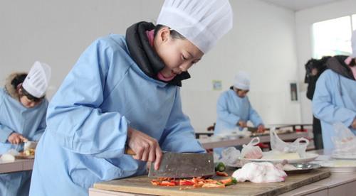 后厨精通百般烹饪术 学生吃上美味营养餐