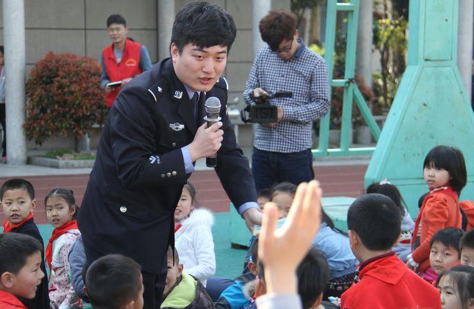 衢州英语小学:校警宣传法制教育合作活动精彩大成背小学生必图片