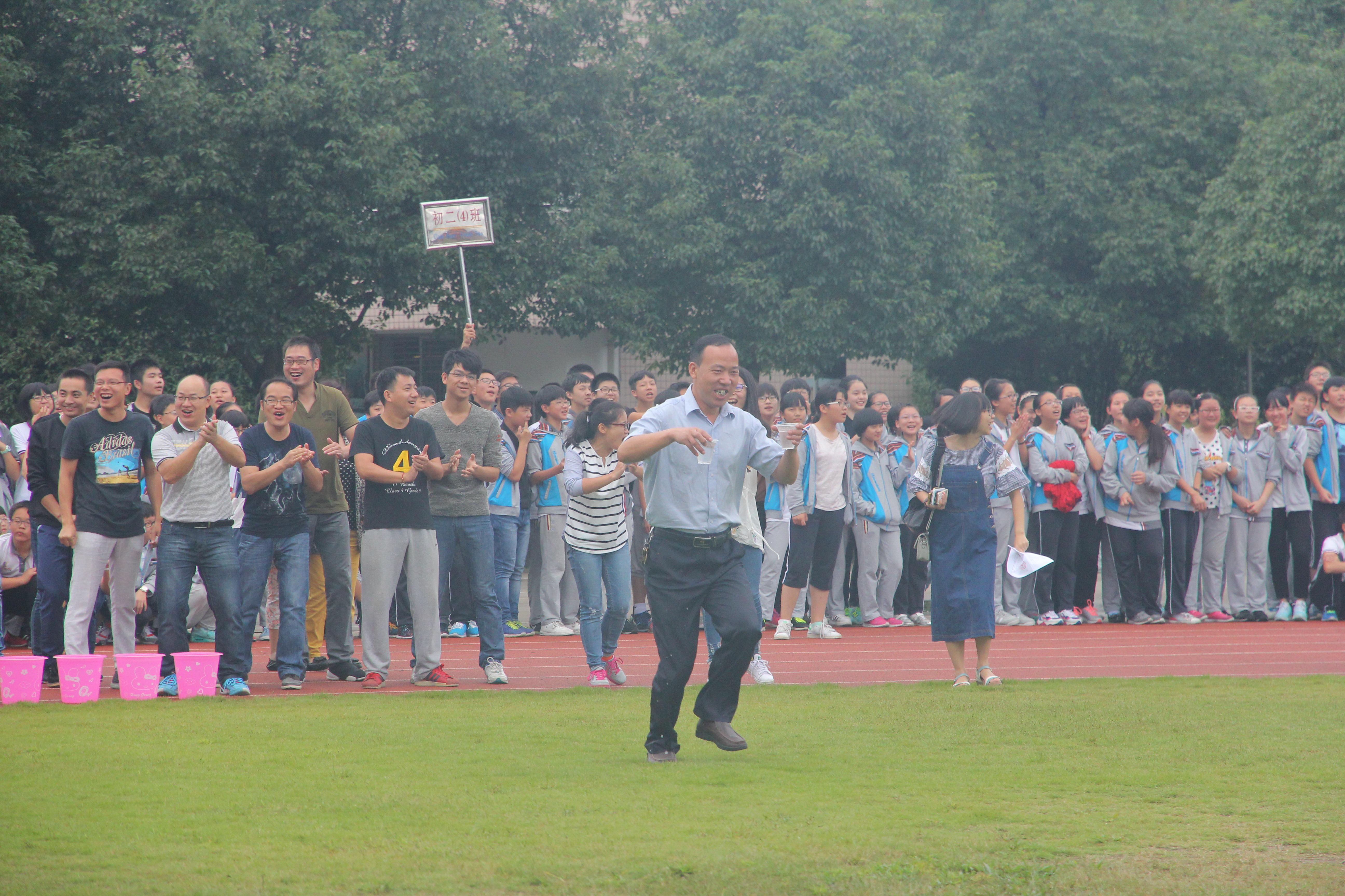 教师趣味项目比赛为校田径运动会添彩
