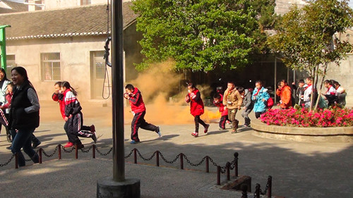 卫山学校举行消防应急疏散演练活动