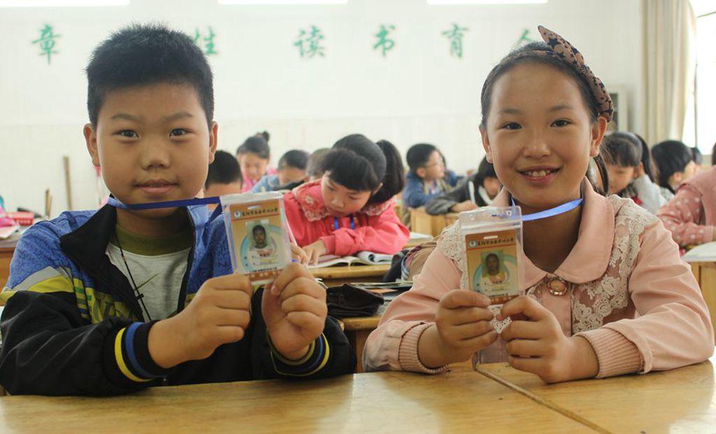 白云中心小学:升级胸卡 保障安全