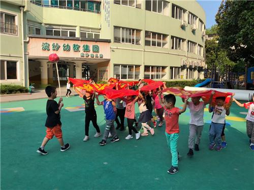 浣纱幼儿园:幼儿园里来舞龙队啦
