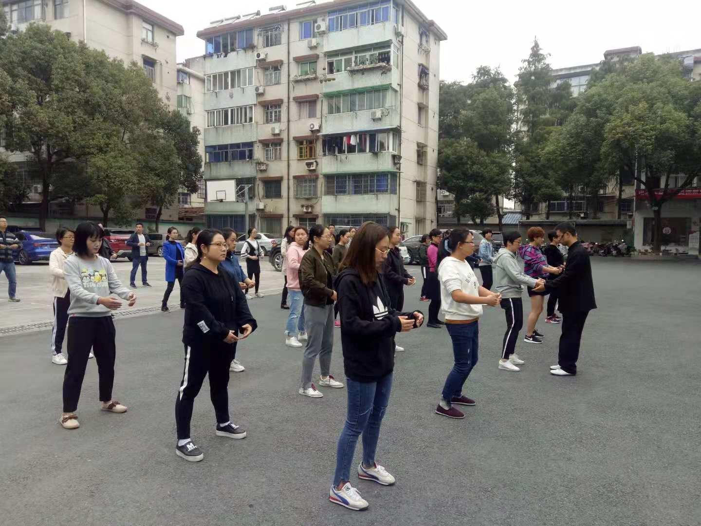 锦城街道成校举办工间操(八段锦)培训班