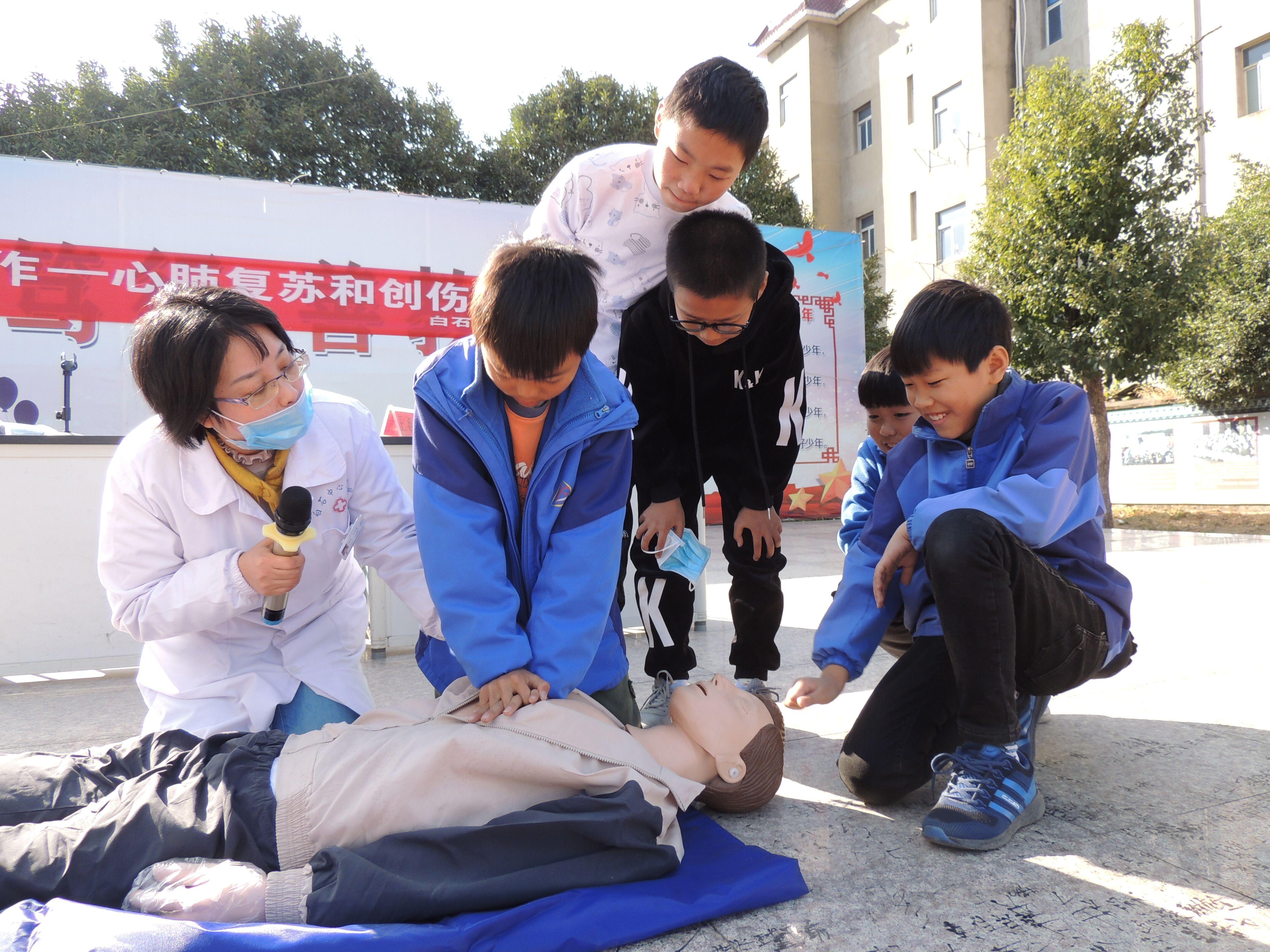 常山县白石小学教卫合作为学生健康成长保驾护